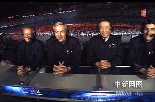 汪华(右二)受邀参与法国国营电视二台直播北京奥运会开幕式