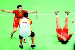于洋(左)获胜后奔向教练李永波,杜靖(右)亦难掩狂喜的心情。