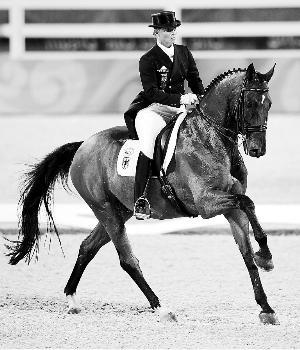 德国骑手伊莎贝尔·沃思在比赛中