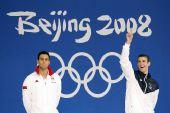 图文:男子100米蝶泳颁奖仪式 致意观众