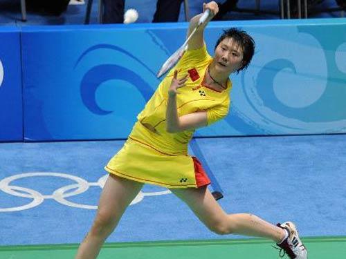 图文:羽毛球女子单打卢兰获第四名 跃起接球