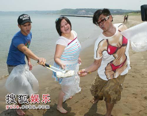 阮经天、钟欣凌、那维勋去白沙湾参加清洁沙滩行动。