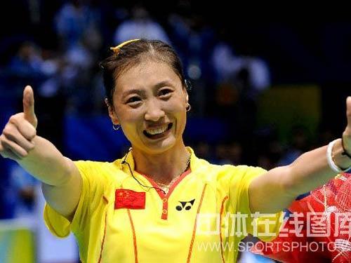 图文:羽毛球女单决赛张宁蝉联冠军 庆祝胜利