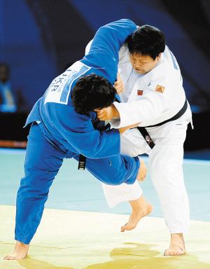 佟文(白)在15日柔道女子78公斤以上级淘汰赛中的英姿,此战中佟文一本战胜乌克兰选手普罗科菲耶娃。(新华)