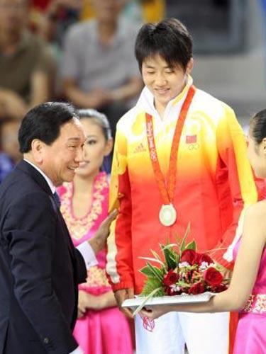 图文:女子55公斤级摔跤许莉摘银 勇摘银牌