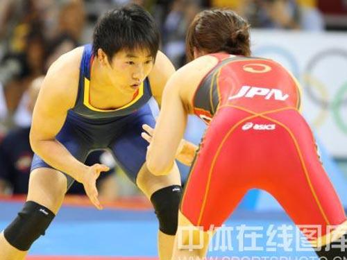 图文:女子55公斤级摔跤许莉摘银 盯紧对手