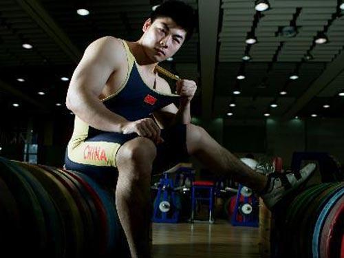 明星相册:中国举重队队员陆永写真 眼神坚毅