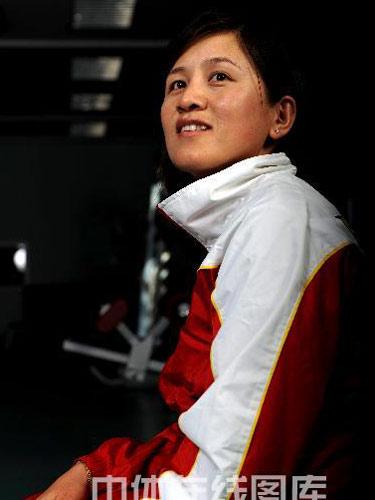 明星相册:中国射箭队队员张娟娟写真 笑意盈盈