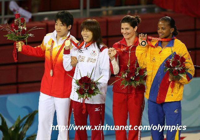 8月16日,冠军日本选手吉田沙保里(左二)、亚军中国选手许莉(左一)、季军加拿大选手费尔贝克(右二)和哥伦比亚选手伦特里亚(右一)在领奖台上。当日,在北京奥运会摔跤女子自由式55公斤级决赛中,日本选手吉田沙保里战胜中国选手许莉,夺得冠军。 新华社记者吕明响摄