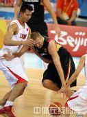 图文:男篮预赛B组中国迎战德国 激烈对抗