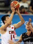 图文:男篮预赛B组中国迎战德国 突破上篮