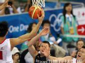 图文:男篮预赛B组中国迎战德国 篮下进攻