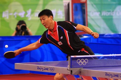 图文:乒乓球男团决赛 吴尚垠鞭长莫及