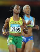 图文:女子100米第二轮赛况 弗雷泽完成比赛