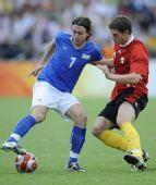 图文:意大利2-3比利时队 蒙托利沃拼抢