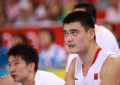图文:[男篮]中国VS德国 姚明在场边休息
