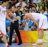 图文:[男篮]中国VS德国 姚明在比赛中俯身休息