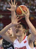 图文:男篮预赛中国半场落后德国 姚明控球
