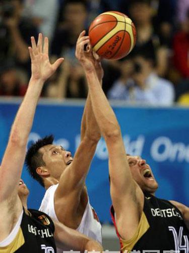 图文:男篮预赛中国半场落后德国 易建联争抢