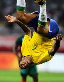 图文:巴西2-0喀麦隆 马塞洛庆祝进球