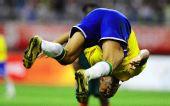 图文:巴西2-0喀麦隆 空翻庆祝进球