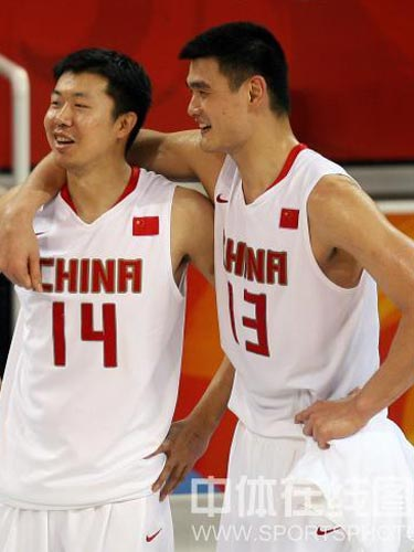 图文:男篮预赛中国力克德国进八强 哥俩笑了