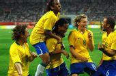 图文:1/4决赛巴西VS喀麦隆 狂野的庆祝方式