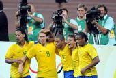 图文:1/4决赛巴西VS喀麦隆 快乐的巴西队员