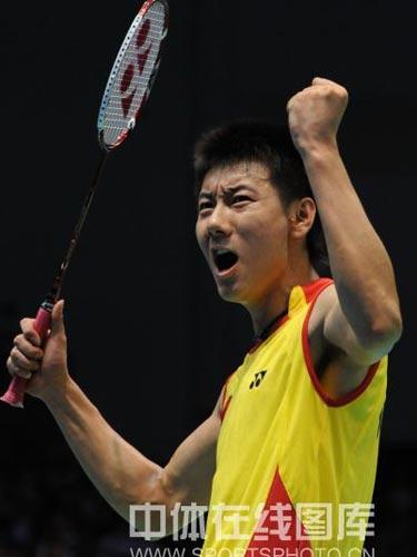 图文:羽毛球男单陈金获得铜牌 欢庆胜利