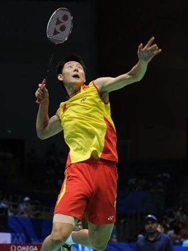 图文:羽毛球男单陈金获得铜牌 跃起接球