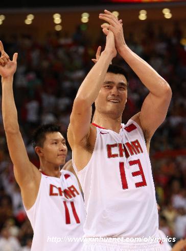 8月16日,中国队球员姚明(右)欢庆胜利。当日,在北京奥运会男篮小组赛中,中国男篮以59比55战胜德国队。 新华社记者孟永民摄