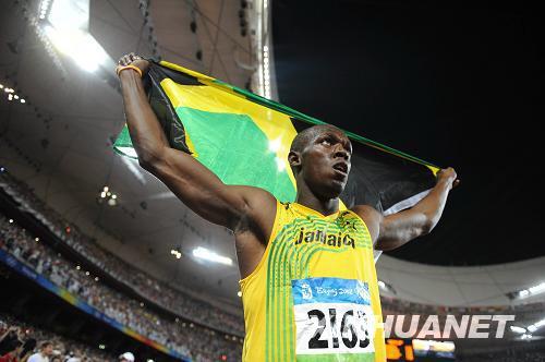 """8月16日,牙买加选手尤塞恩·博尔特在国家体育场""""鸟巢""""进行的北京奥运会男子100米决赛中以9秒69的成绩夺得金牌并打破9秒72的世界纪录。新华社记者刘大伟摄"""