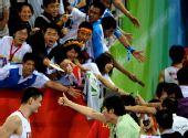 图文:中国男篮晋级八强 可爱的姚明可爱的球迷