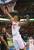 图文:中国男篮晋级八强 易建联在篮下防守