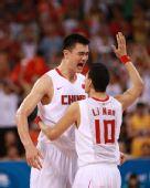 图文:中国男篮晋级八强 李楠一下子抱住姚明