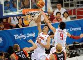 图文:中国男篮晋级八强 易建联在篮下救险