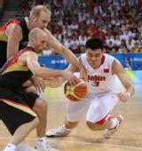 图文:中国男篮晋级八强 姚明对对方争抢篮球