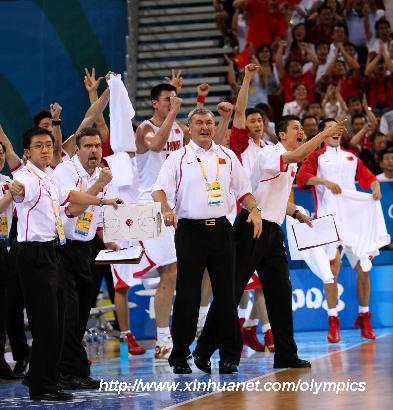 8月16日,中国队球员、教练在场边庆祝得分。当日,在北京奥运会男篮小组赛中,中国男篮迎战德国男篮。 新华社记者孟永民摄