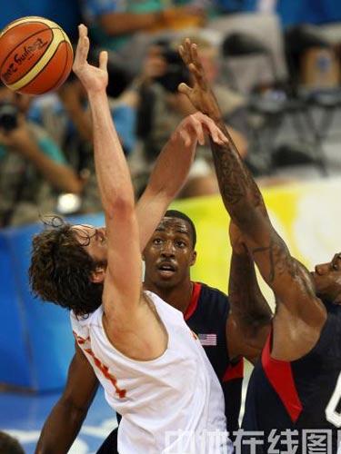 图文:男篮预赛美国半场领先西班牙 双方争抢