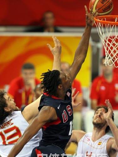 图文:男篮预赛美国半场领先西班牙 成功上篮