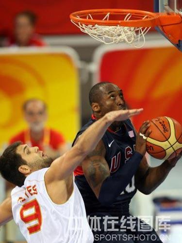 图文:男篮预赛美国半场领先西班牙 精彩盖帽