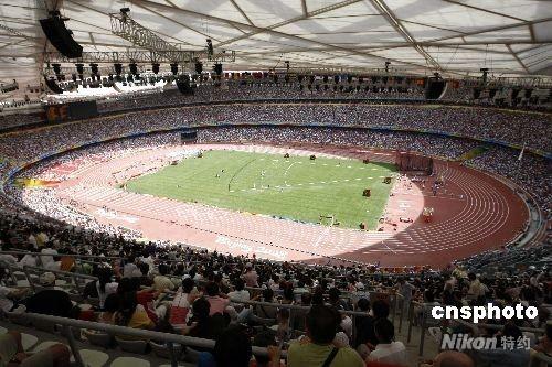"""8月16日,北京奥运会第8个比赛日,多项田径比赛的预赛在北京国家体育场""""鸟巢""""内进行,众多观众到场观看比赛。 中新社发 盛佳鹏 摄"""