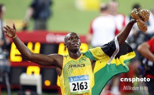 """8月16日,牙买加""""奇人""""博尔特最终用实力证明他是世界上跑得最快的人。16日晚,在全场惊爆的欢呼声中,他仅用了9秒69跑到了100米跑道的终点,并刷新了自己2个多月前创下的9秒72的世界纪录,一举夺得北京奥运会男子100米冠军。 中新社发 盛佳鹏 摄"""