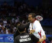 图文:男子羽球双打印尼夺冠  队员上了高低