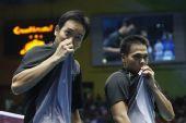 图文:男子羽球双打印尼夺冠  双双出同一动作