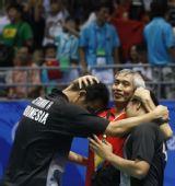 图文:男子羽球双打印尼夺冠 教练拥抱两爱将