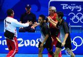 图文:男子羽球双打印尼夺冠 双方赛后友好握手