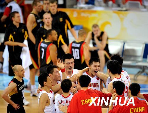 北京,2008年8月16日,中国队庆祝胜利。当日,在北京奥运会男篮小组赛中,中国男篮以59比55战胜德国队,根据竞赛规则,本场战胜德国队,4战2胜2负积6分的中国男篮已经稳进八强。记者李钢/摄