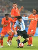 图文:阿根廷2-1荷兰进四强 梅西遭多人阻截