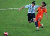 图文:阿根廷足球晋级四强 加戈带球突破防守